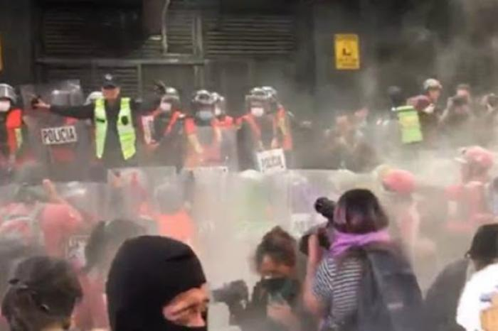 Se enfrentan mujeres y policías en manifestación