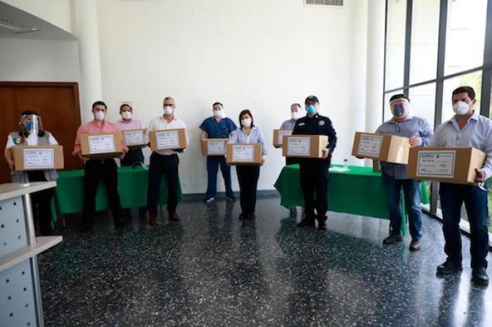 Alcaldesa de Cd. Guadalupe Equipa A Servidores Públicos Con Caretas Médicas