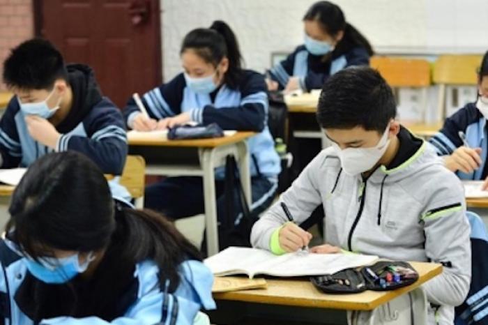 Regresan miles de estudiantes a las aulas de Beijing y Shanghai