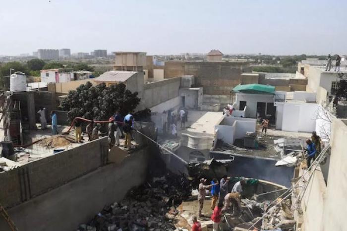 Falla técnica pudo causar caída de avión comercial en Pakistán