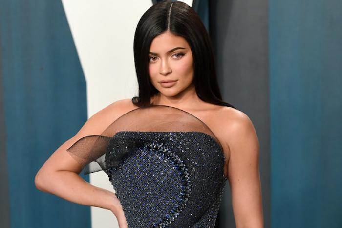 Al parecer, la Kardashian más joven mintió y falsificó documentos de su compañía de maquillaje