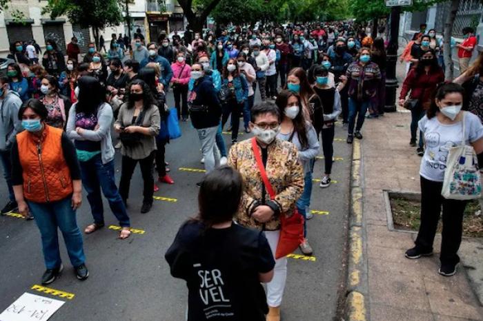 Se registran largas filas en Chile para votar en histórico plebiscito