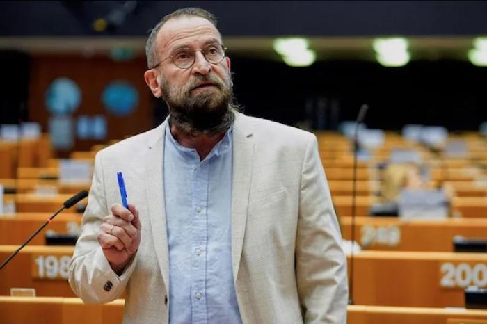 Eurodiputado ultraconservador dimite tras violar confinamiento y participar en orgía