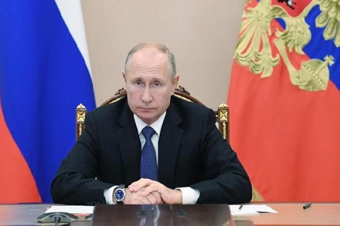 Se autoaislará Vladimir Putin tras convivir con personas positivas a Covid