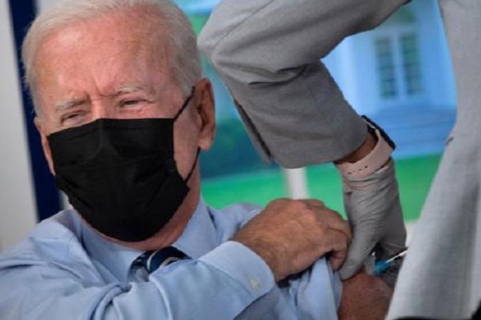 Se vacuna Joe Biden con la tercera dosis de Pfizer contra Covid-19
